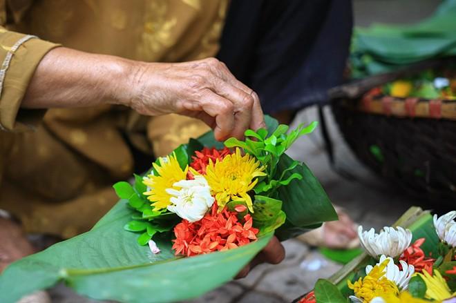 Hướng dẫn cách cắm hoa ở bàn thờ ĐÚNG nhất cho bạn
