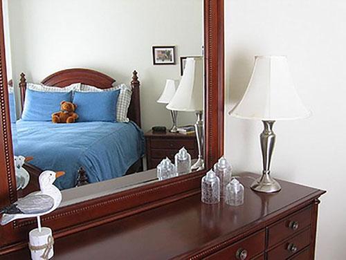 Phong thủy giường ngủ vợ chồng kiêng đặt giường ngủ đối diện gương soi