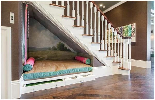 Không kê giường ngủ dưới gầm cầu thang